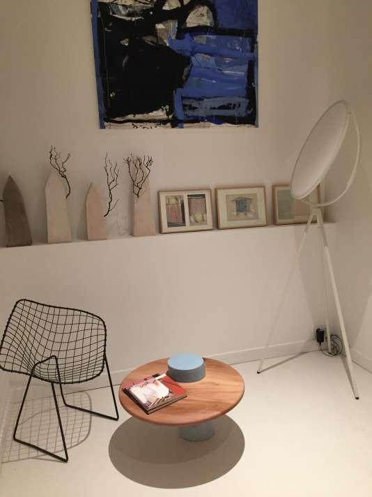 Chaise chinée, table basse d'Atelier Sauvage en béton coloré bleu et plateau en bois massif et lampadaire Superloon du britannique Jasper Morrison
