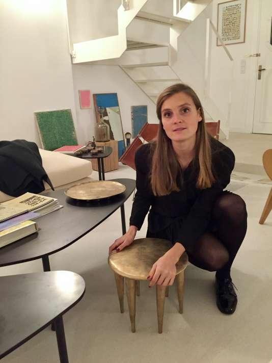 Amélie du Chalard, fondatrice de la galerie Zeuxis, avec un tabouret camerounais, en bois et bronze, d'Ambre Jarno, fondatrice de Maison Intègre, dédiée aux pièces de design ouest-africain.