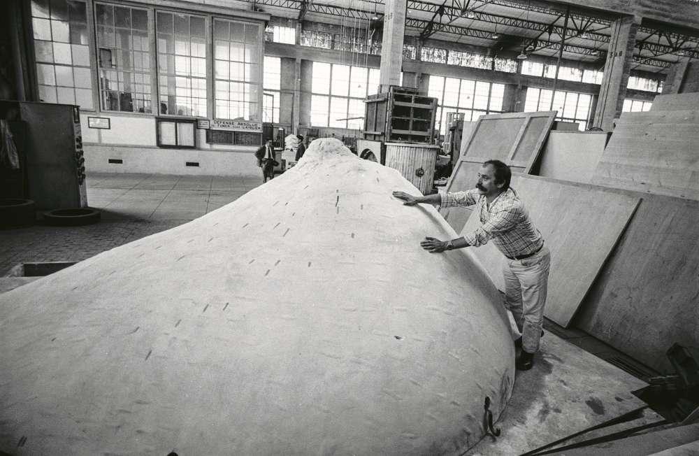 """«Selon le même principe que pour le """"Pouce"""", César entreprend pour Hélène Rochas, en 1966, le moulage du """"Sein"""" d'une danseuse du Crazy Horse. L'œuvre sera également déclinée en diverses matières et en plusieurs tailles. Réalisé dans une fonderie, le tirage monumental en inox de cinq mètres est installé en 1967 dans le bassin des usines Rochas à Poissy.»"""
