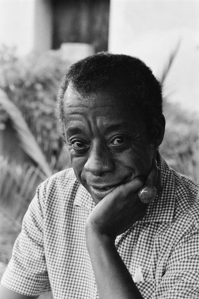 L'écrivain américain James Baldwin chez lui, à Saint-Paul-de-Vence (Alpes-Maritimes), en 1979.