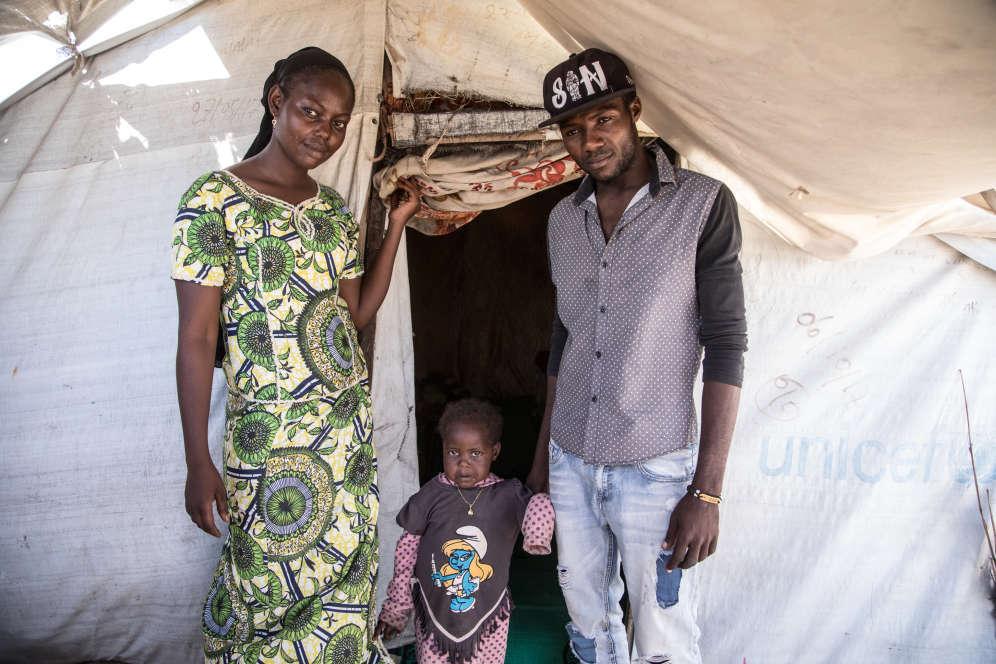 Hafis, 22 ans, avec sa femme Adama, 19 ans, et leur fille Fané, 2 ans. Hafis était joueur de football dans l'équipe cadette de Bangui.