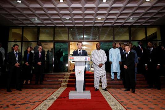 Le président français Emmanuel Macron accueilli par le président burkinabè Roch Marc Christian Kaboré, à l'aéroport de Ouagadougou, le 27 novembre 2017.