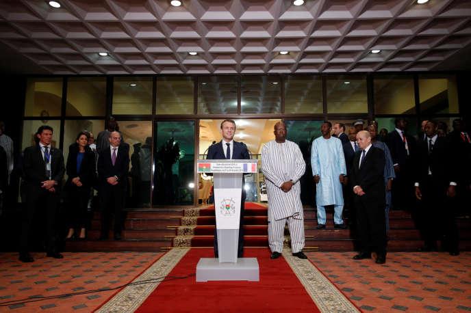 Emmanuel Macron accueillis à l'aéroport de Ouagadougou par le président du Burkina Faso Roch Marc Christian Kabore, le 27 novembre.