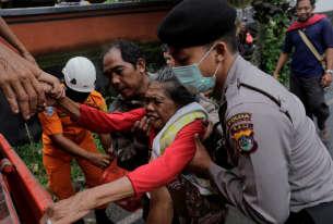 La police évacue une villageoise de l'intérieur de la zone d'exclusion à Karangasem, le28novembre.