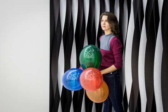 L'artiste Amy O'Neill pendant l'installation de son œuvre «Post-Prom, 1999-2017» aux Galeries Lafayette Hausmann à Paris, le 28 novembre.