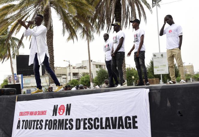 De retour de Libye, des rappeurs et militants de différentes nationalités parlent sur scène lors d'un rassemblement contre l'esclavage, le 24novembre 2017, à Dakar, au Sénégal.