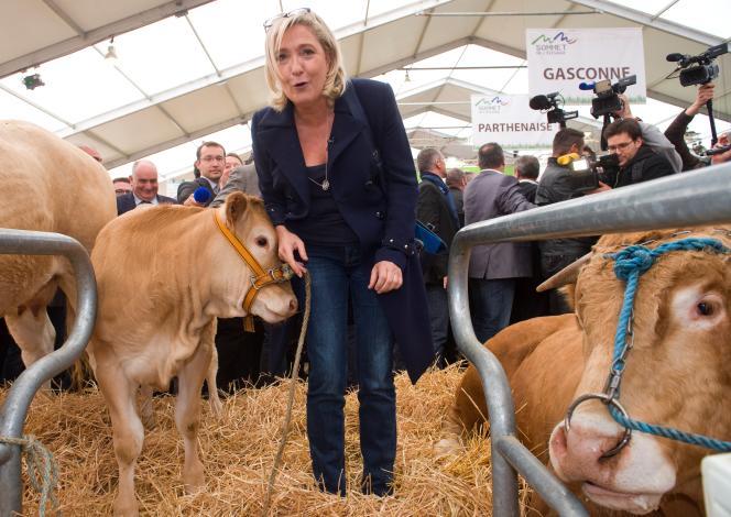 Marine Le Pen, au salon international Sommet de l'élevage, à Cournon-d'Auvergne, en région Auvergne-Rhône-Alpes, le 7 octobre 2016.