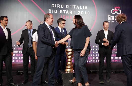 Le directeur du Giro, Mauro Vegni, et la ministre israélienne du sport et de la culture, Miri Regev, lors de la présentation du Grand Départ en Israël du Giro 2018.