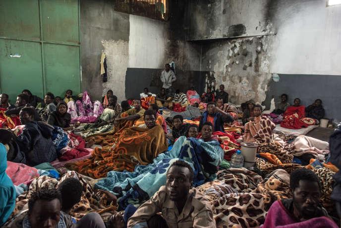 Des migrants africains subsahariens dans un centre de détention près de Tripoli, en Libye, le 27novembre 2017.