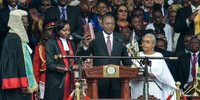 Le président Uhuru Kenyatta prête serment pour son second mandat, le 28 novembre 2017, dans le stade de Kasarani, à Nairobi.