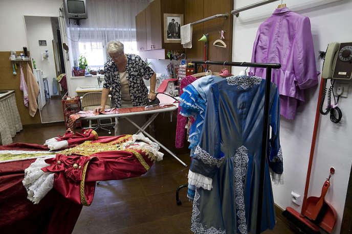 Le métier de costumière demande de la rigueur. Il faut savoir adapter le costume aux contraintes du spectacle.