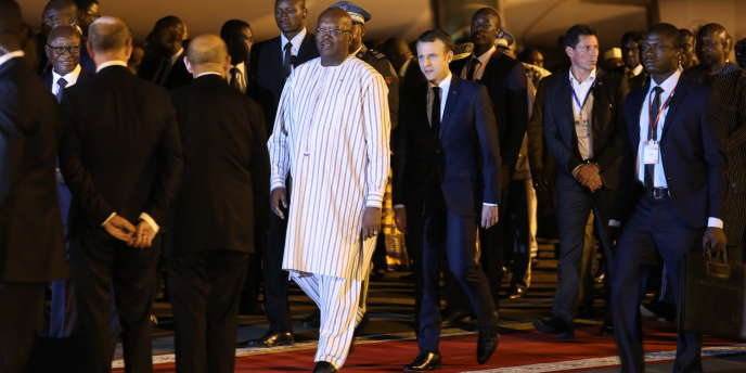 Les présidents burkinabé, Roch Marc Christian Kaboré, et français, Emmanuel Macron, lors de l'arrivée de ce dernier à Ouagadougou, le 27novembre 2017.