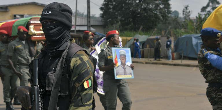 Cérémonie en l'honneur de quatre soldats tués dans des attaques attribuées à des«terroristes» sécessionnistes, le 17novembre 2017, à Bamenda, au Cameroun.