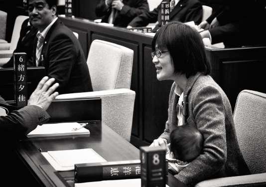 Yuka Ogata avec son fils de 7 mois, dans la salle du conseil municipal de Kumamoto, en novembre 2017.