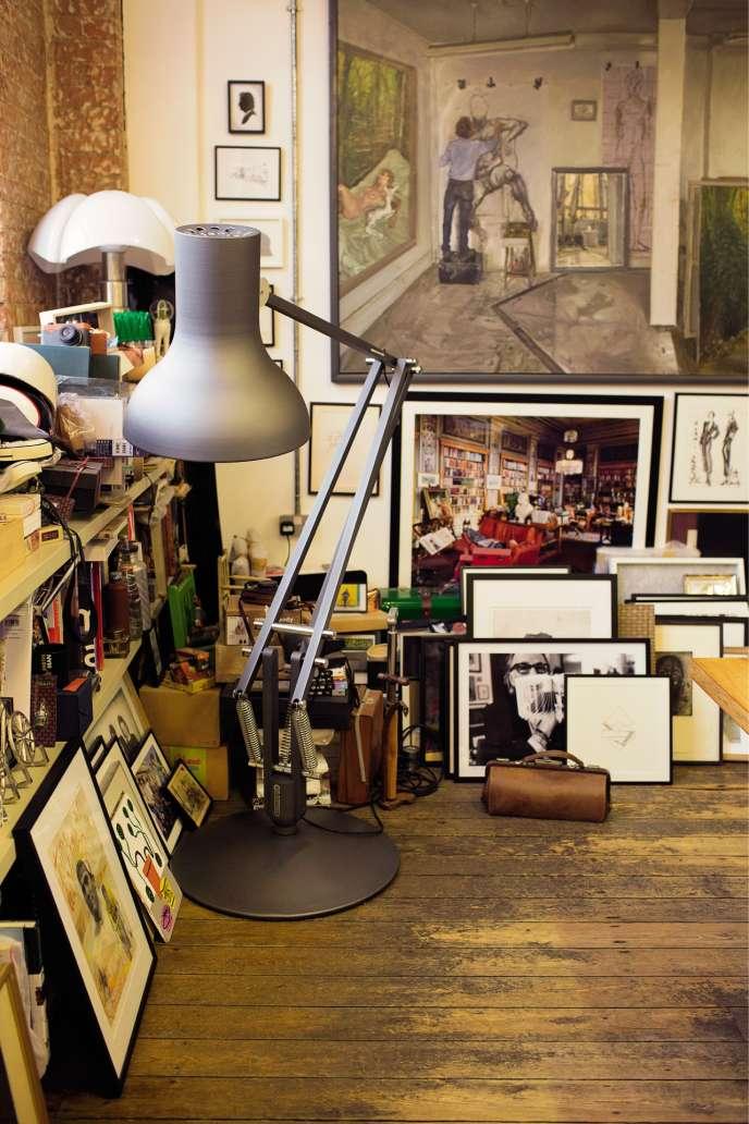 Le bureau de Paul Smith, où s'accumulent toutes sortes d'objets.
