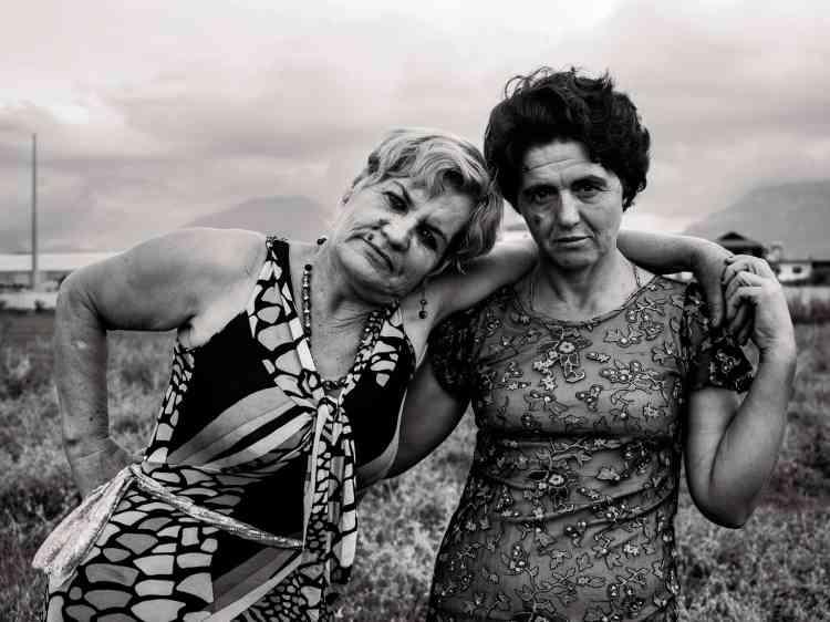 Hajria, 52ans, et Gonxhe, 50ans, meilleures amies depuis toujours, serveuses au café de la gare, Tirana. Août2015.