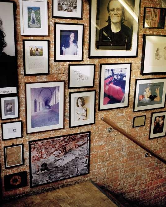 La collection de cadres qui habille les murs de l'escalier.