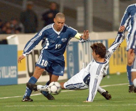 Juste avant le tirage au sort au Stade-Vélodrome le 4décembre 1997, un match de gala est organisé entre une sélection européenne et une sélection du reste du monde.