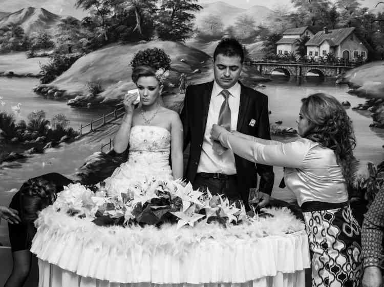 Derniers préparatifs avant la cérémonie de mariage. La jeune femme retient ses larmes, car elle va devoir suivre son mari en Italie, et quitter sa famille. Il est fréquent que les jeunesgens ayant émigré reviennent au pays pour rencontrer une épouse.Décembre 2012.