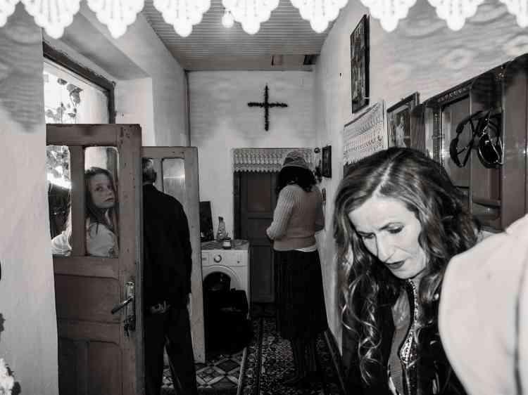 Une famille catholique, dans sa maison perdue dans la montagne, à Zagori (sud de l'Albanie). Novembre2014.
