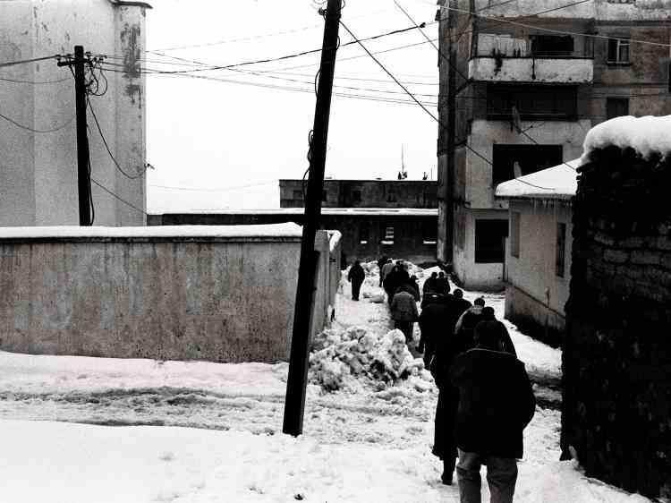 Un groupe d'hommes se dirige vers le cimetière de Bajram Curri,près de la ville de Tropojë, non loin de la frontière avec le Kosovo. Novembre2009.