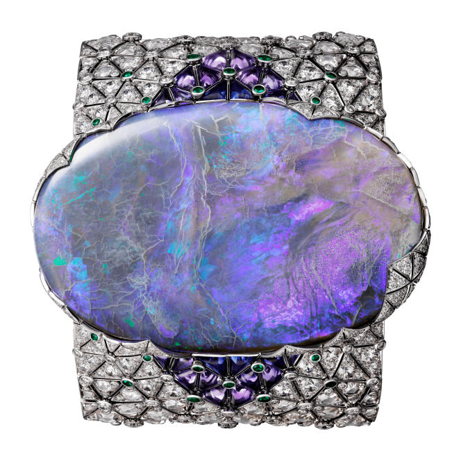 Bracelet en or blanc, opale d'Australiede 189,34carats, saphirs, émeraudes et diamants, de Cartier.