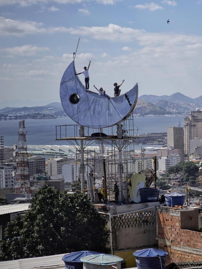 L'artiste de rue JR et son équipe, en 2016, sur un toit de Casa Amarela, à Rio de Janeiro.