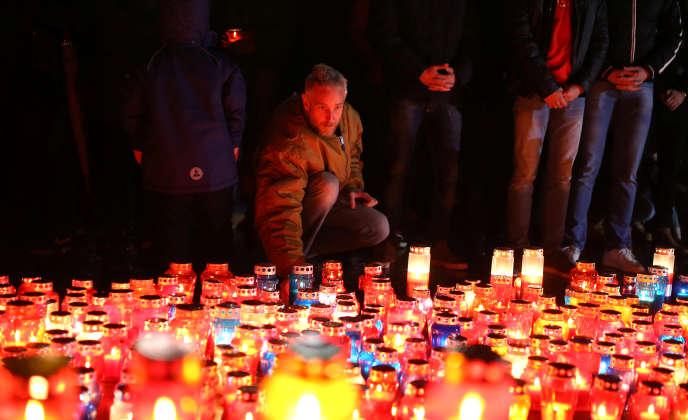 De nombreux Croates de Bosnie ont rendu hommage, mercredi 29 novembre au soir devant le TPIY à Slobodan Praljak après son suicide.