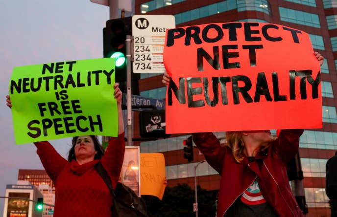 Une manifestation de partisans de la neutralité du net, à Los Angeles, le 28 novembre.