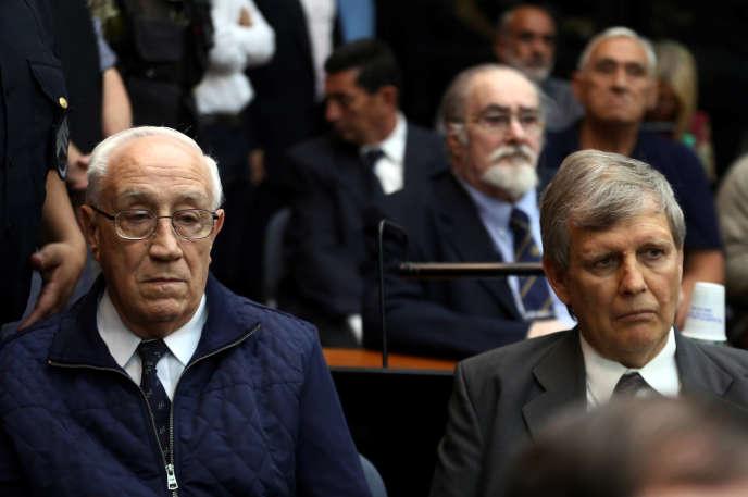 Jorge Acosta et Alfredo Astiz, à Buenos Aires. Les deux anciens capitaines de frégate ont été condamnés à perpétuité.