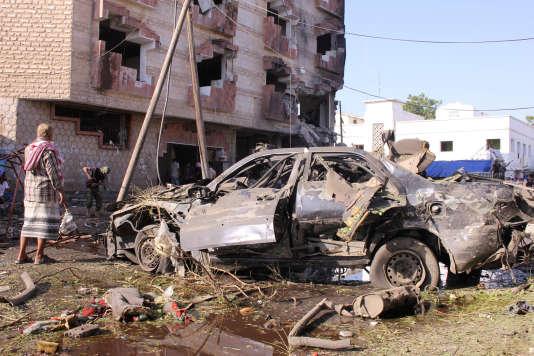 Une automobilie à l'endroit d'une attaque à la bombe devant le ministère des finances, à Aden, le 29 novembre 2017.