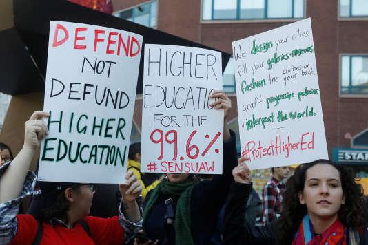 A New York, des étudiants manifestent le 29 novembre contre la proposition de réforme fiscale de la majorité républicaine au Congrès et défendent le financement et l'accès aux études supérieures. REUTERS/Shannon Stapleton