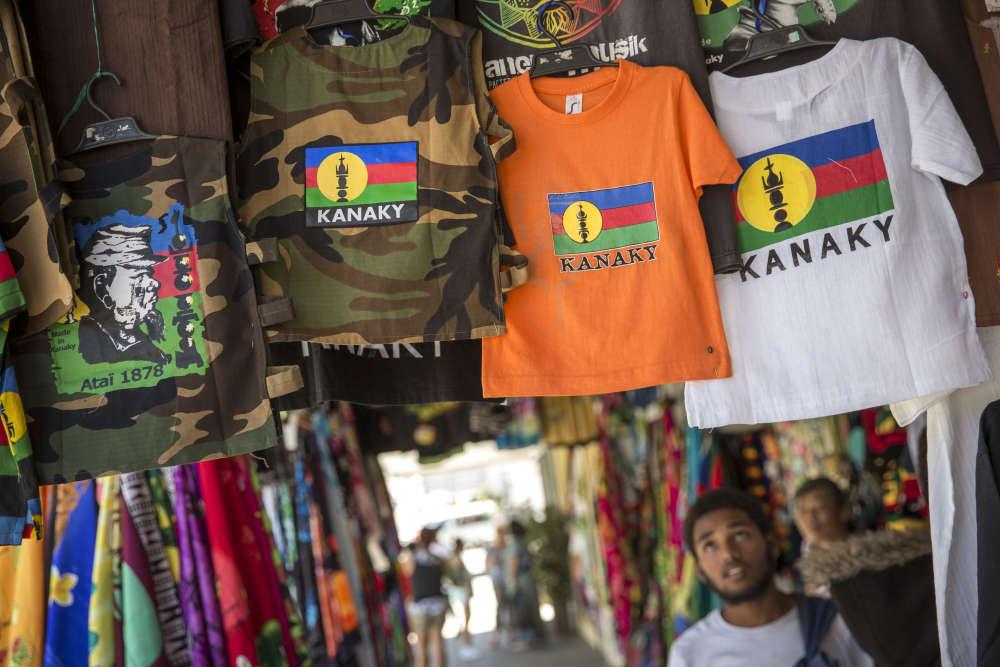 Echoppes de commerçants chinois dans le centre de Nouméa, le 18 novembre. Les t-shirts portent le drapeau kanak.