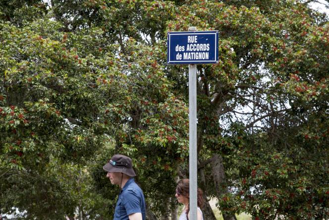 Touristes dans la rue des Accords de Matignon menant vers le Centre Ciulturel Tjibaou à Nouméa, le 22 novembre.