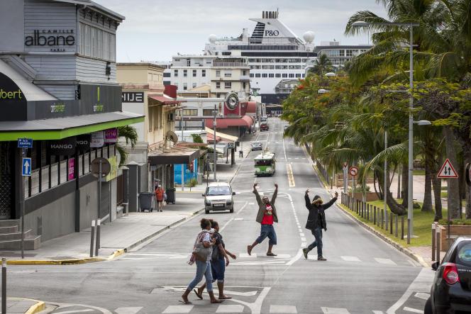 Des jeunes Kanak venus des quartiers nord, place des Cocotiers, dans le centre de Nouméa, le 19 novembre.