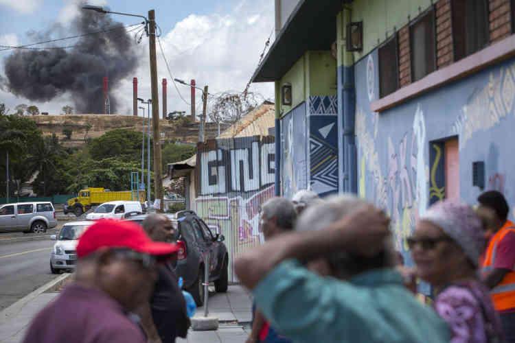 Une lourde fumée noire s'échappe des cheminées de l'usine de la Société Le Nickel, à Nouméa, le 16 novembre.