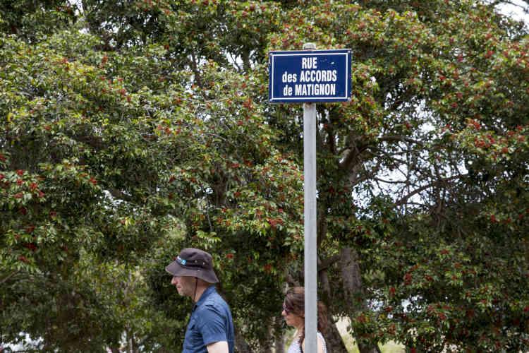 Des touristes dans la rue des Accords de Matignon menant vers le Centre culturel Tjibaou, à Nouméa, le 22 novembre.
