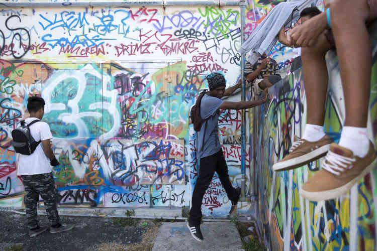 Jeunes graffeurs à la FOL, un bâtiment abandonné dominant la ville de Nouméa.