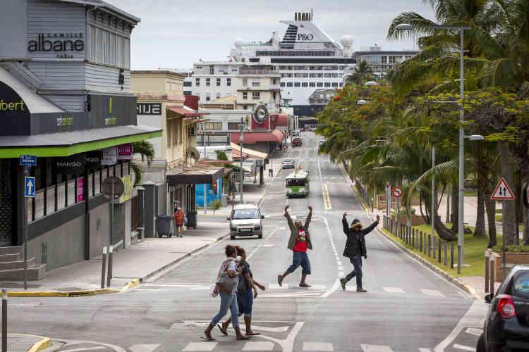 Des jeunes kanak venus des quartiers nord, sur la place des Cocotiers, au centre de Nouméa, le 19 novembre.