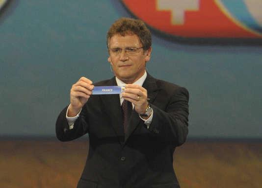 L'ex-secrétaire général de la FIFA, Jérôme Valcke, brandit le nom de la France lors du tirage au sort au Cap en 2009.