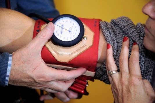 Un médecin généraliste ausculte une patiente, àGodewaersvelde (Nord) en2012.