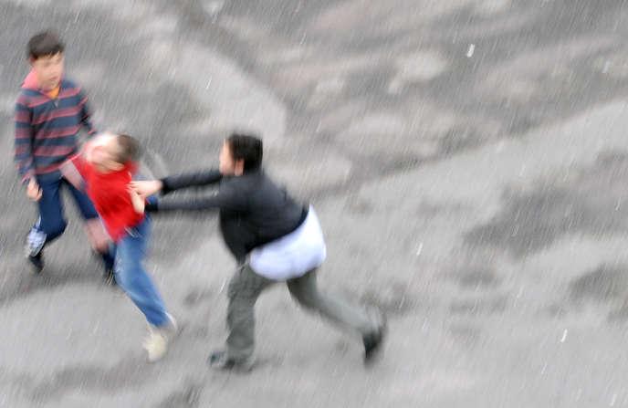 Des enfants chahutent dans une cour de récréation.
