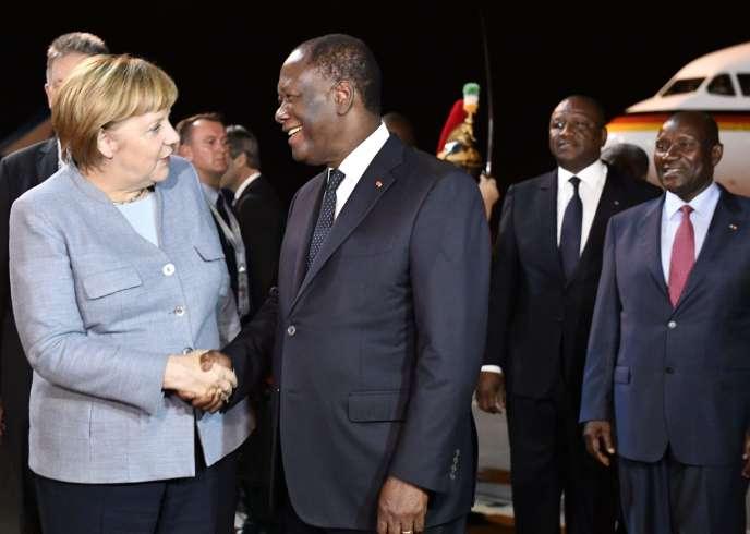 Le président ivoirien Alassane Ouattara accueille la chancelière Angela Merkel, à la veille du sommet UE-UA, à Abidjan, le 27 novembre.