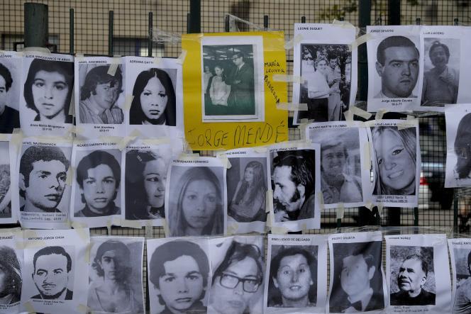 Photos des personnes tuées lors de la dictature argentine, à l'extérieur de la cour qui juge des dizaines de personnes pour différents crimes.