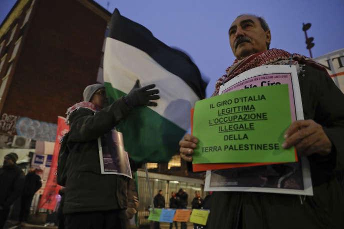 Des manifestants propalestiniens demandent au Giro de ne faire son départ en Israël, mercredi 29 novembre à Milan.