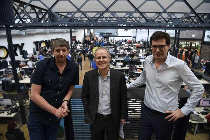 Yves Guillemot (au centre) pose en compagnie des deux fondateurs du studio de développement Ivory Tower, Stephane Beley (gauche) et Ahmed Boukhelifa (droite), dans leurs nouveaux locaux à Villeurbanne.