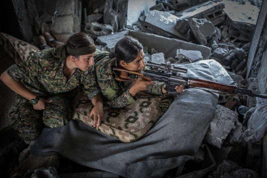 Deux combattantes des Unités de défense des femmes, à Rakka en Syrie, le 12 août.