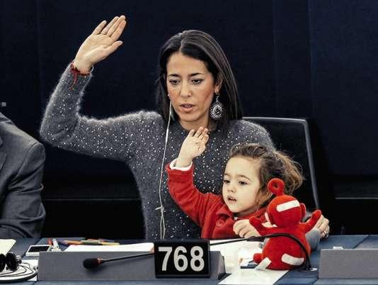 La députée italienne Licia Ronzulli et sa fille Vittoria au Parlement de Strasbourg, en novembre 2013.