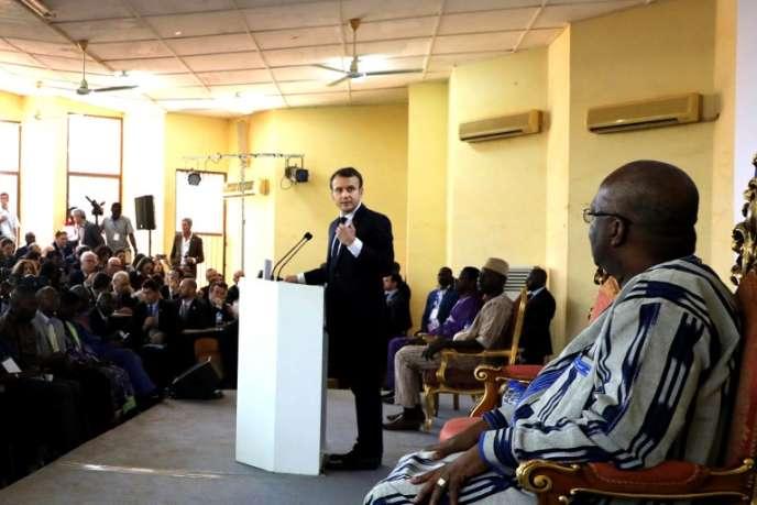 Emmanuel Macron, durant son discours à l'université de Ouagadougou, mardi 28 novembre 2017. Au premier plan, le président burkinabé Roch Marc Christian Kaboré.