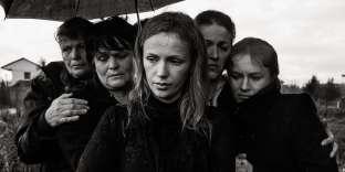 Des femmes sont rassemblées lors d'un enterrement. Selon les traditions albanaises, les hommes et les femmes assistent séparément aux funérailles. Tirana, 2012.